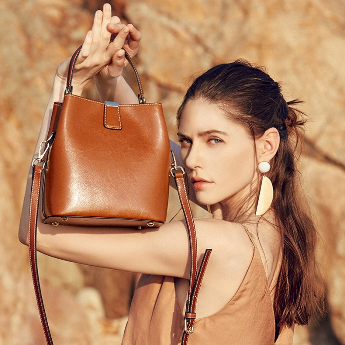 Cutom-logo-oil-waxed-crossbody-cowhide-handbag-CHB069-1